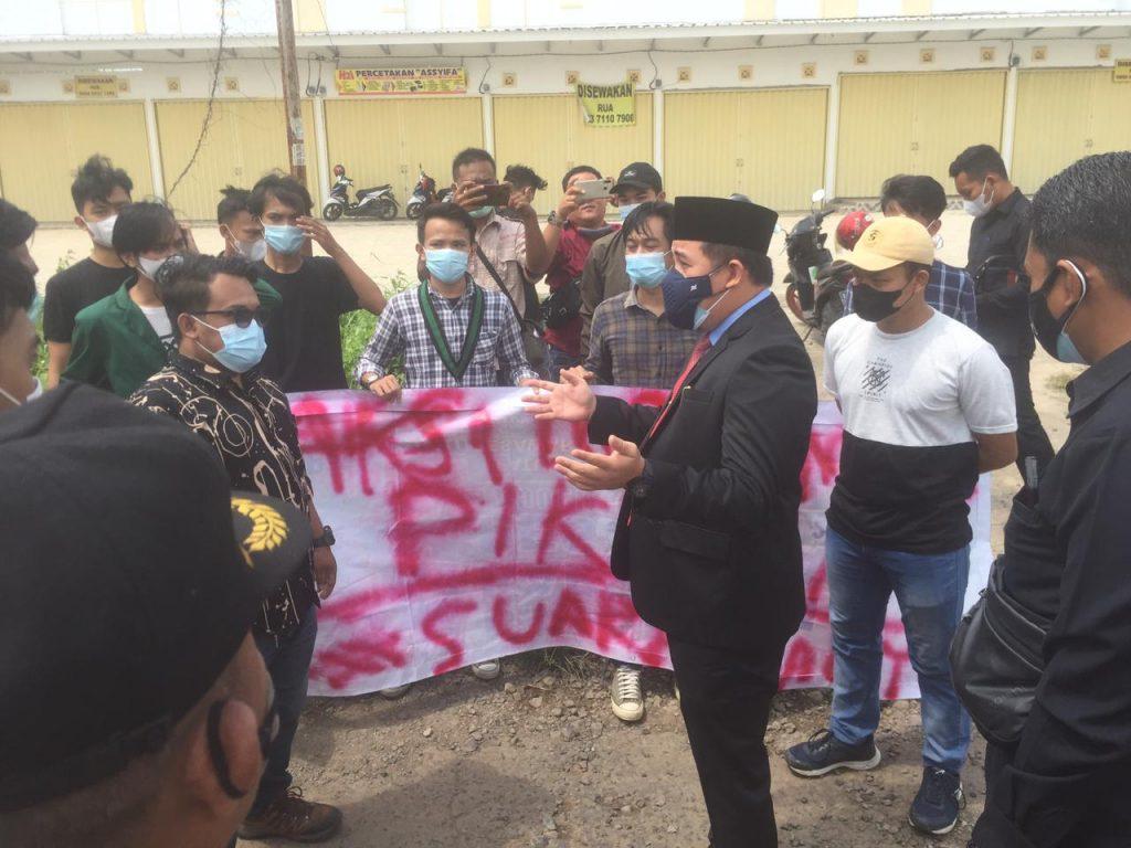 Keluarga Besar HMI Pesawaran Gelar Aksi Tambal Jalan di Depan Kantor DPRD Pesawaran