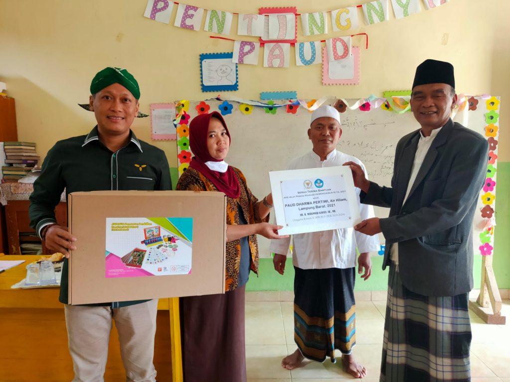 Muhammad Kadafi Bantu Alat Peraga Edukasi Untuk PAUD Dharma Pertiwi Lampung Barat